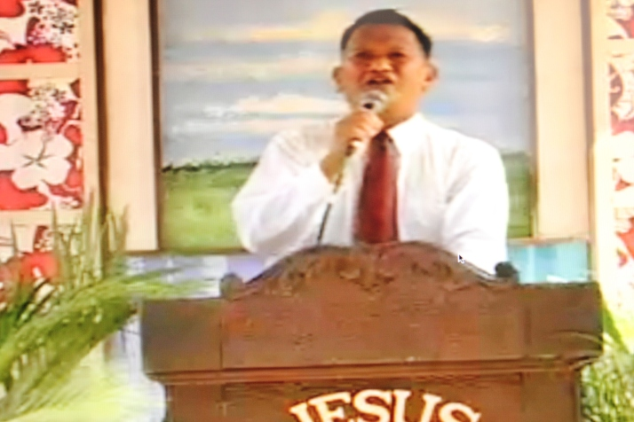 Bro. Edward Tan testifying in the pulpit, Dec. 2012 at Amoranto Stadium, Quezon city.